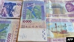 Billets issus de la banque centrale des États d'Afrique de l'Ouest, pris en photo le 9 avril 2016.