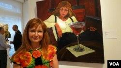 Виолетта Лившин у своей работы «Второй мартини»