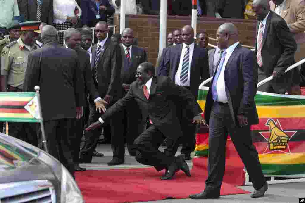 رابرت موگابه، رئيس جمهوری زيمبابوه (وسط) در جريان سخنرانی برای هوادارانش پس از بازگشت از سفری به اتيوپی برای شرکت در اجلاس اتحاديه آفريقا، زمين خورد.