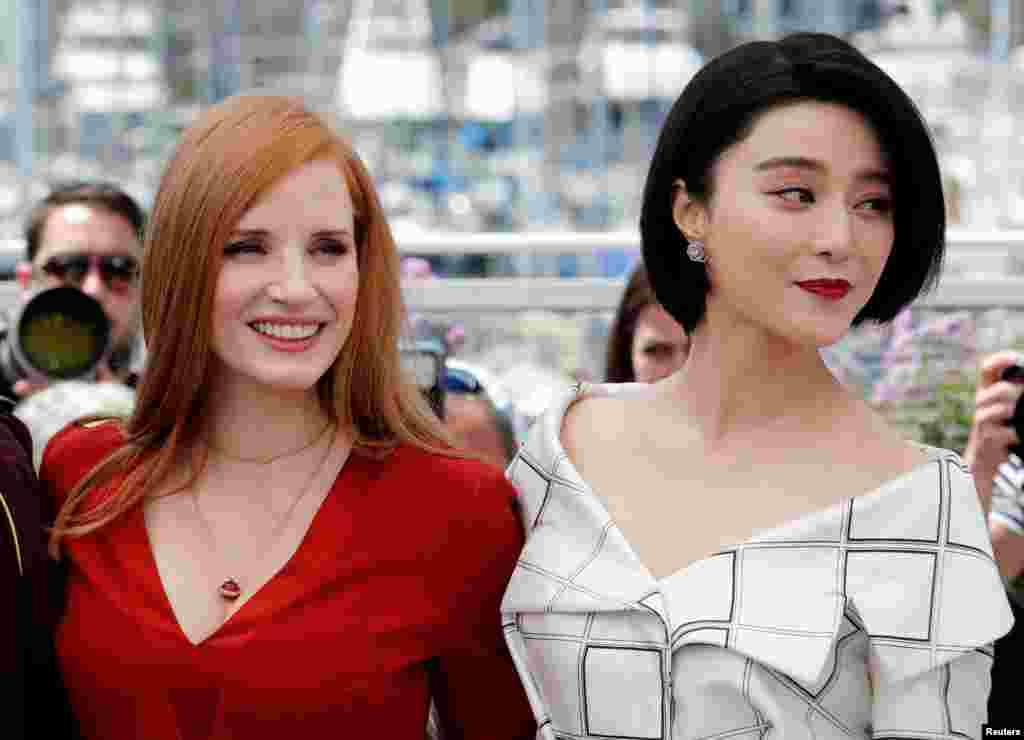 第70届戛纳国际电影节两位评委:美国演员杰西卡‧查斯坦(Jessica Chastain)和中国演员范冰冰在戛纳影城(2017年5月16日)。美联社和路透社这次发布的中国演员图片比较少,主要是范冰冰的。西方摄影师没有拍摄有些中国明星,这和她们的国际知名度不高有关。但中国媒体拍摄了不少中国演员、模特儿以及蹭红毯者的图片。