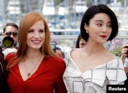 第70届戛纳国际电影节评委范冰冰和另一位评委,美国演员杰西卡‧查斯坦在戛纳影城(2017年5月16日)