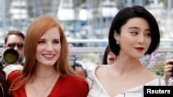 第70屆戛納國際電影節兩位評委:美國演員傑西卡‧查斯坦(Jessica Chastain)和中國演員范冰冰在戛納影城(2017年5月16日)