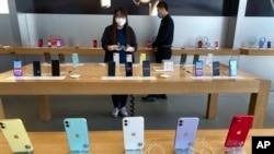 蘋果公司在北京的一家零售店員工正在店內清潔消毒(2020年2月26日)