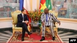 Le président du Burkina Faso Roch Marc Christian Kabore et son homologue français Emmanuel Macron au Palais présidentielle au Burkina Faso le 28 novembre 2017.