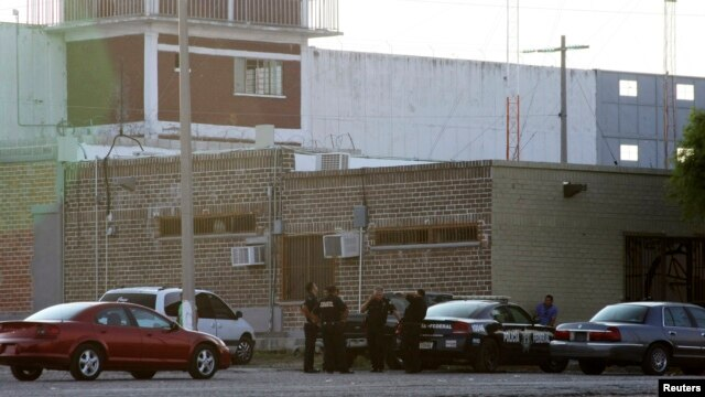 Petugas polisi berjaga di sebuah penjara di Piedras Negras, Meksiko, menyusul kaburnya lebih dari 130 narapidana. (Foto: Dok)