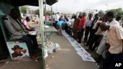 ពលរដ្ឋនីហ្សេរីយ៉ាអានកាសែតដែលមានចុះផ្សាយអំពីការបោះឆ្នោត នៅតាមដងផ្លូវក្នុងទីក្រុងអាប៊ូចា (Abuja) នៃប្រទេសនីហ្សេរីយ៉ា កាលពីថ្ងៃទី៣០ ខែមីនា ឆ្នាំ២០១៥។