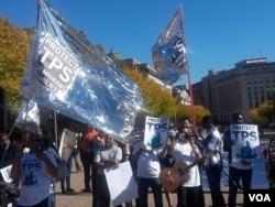 지난달 23일 미국 워싱턴의 백악관 앞에서 임시보호신분(TPS) 혜택을 지지하는 시위를 벌이고 있다.