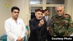 آقای غنی حین عیادت از مجروحین در شفاخانۀ اردو