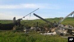 بقایای یک هلی کوپتر نیروهای جمهوری آذربایجان که روز شنبه در منطقهقرهباغ علیا ساقط شد.