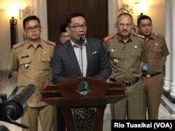 Gubernur Jawa Barat Ridwan Kamil (tengah) berbicara kepada wartawan usai memimpin rapat koordinasi penanganan corona se-Jabar di Gedung Sate, Selasa (3/3) siang. (VOA/Rio Tuasikal)