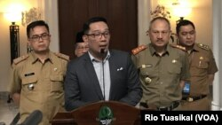Gubernur Jawa Barat Ridwan Kamil (tengah) berbicara kepada wartawan usai memimpin rapat koordinasi penanganan korona se-Jabar di Gedung Sate, Selasa (3/3) siang. (VOA/Rio Tuasikal)