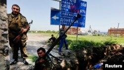 16일 우크라이나 동부 슬라뱐스크에서 친 러시아 분리주의 무장세력들이 새로 판 참호 주변에 서있다.