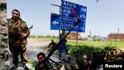 Các phần tử nổi dậy thân Nga đứng cạnh một đường hào mới đào tại một vị trí gần thị trấn Slaviansk, miền đông Ukraine, 16/5/2014.