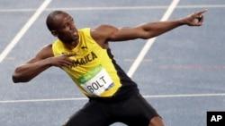 19일 브라질 리우올림픽 남자 육상 200미터에서 금메달의 주인공이 된 자메이카의 우사인 볼트가 특유의 우승 세리머니를 하고 있다. 볼트는 올림픽 사상 첫 200m 3연패의 위업을 달성했다.
