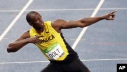 Pelari Jamaika Usain Bolt merayakan kemenangannya setelah berhasil merebut medali emas untuk nomor lari 200 meter final putra kompetisi atletik di stadion Olimpiade Musim Panas, Rio de Janeiro, Brazil, 18 Agustus 2016 (AP Photo/Julio Cortez).