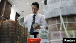 Cổ phần của Vietcombank, ngân hàng do tư nhân làm chủ một phần, lớn thứ ba của Việt Nam, giảm 4,76% còn ở mức 22.000 đồng.