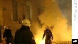 Протести во Атина во време кога се влошува кризата со долгот