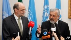IAEA 헤르만 넥케르츠 사무차장(왼쪽)과 아쉬가르 솔타니에 IAEA 주재 이란 대사가 15일 공동기자회견에서 발언하고 있다.