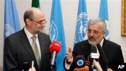 Wakil Dirjen dan Kepala Departemen Keamanan IAEA, Herman Nackaerts (kiri) dan Dubes Iran untuk IAEA, Ali Asghar Soltanieh dalam konferensi pers di Vienna, Austia (15/5). Menurut IAEA, Iran telah membangun reaktor yang merupakan alternatif untuk menyediakan bahan untuk bom nuklir.