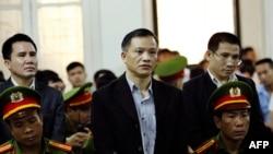 Luật sư Nguyễn Văn Đài (giữa), ông Phạm Văn Trội (trái) và ông Nguyễn Trung Tôn (phải) tại tòa án Hà Nội ngày 5/4/2018.