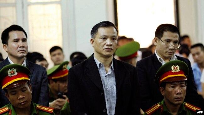 Luật sư Nguyễn Văn Đài (giữa) trong phiên tòa xét xử các thành viên Hội Anh Em Dân Chủ tại Hà Nội vào ngày 5/4/2018.