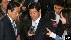 Cựu giám đốc tình báo quốc gia Nam Triều Tiên Won Sei-hoon (giữa) bị khởi tố về tội can thiệp vào cuộc bầu cử tổng thống.