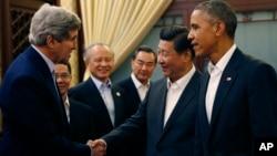 11일 중국 베이징에서 열리고 있는 아시아태평양 경제협력체(APEC) 정상회의에서 시진핑 중국 국가주석(오른쪽 두번째)이 존 케리 미국 국무장관(왼쪽)과 악수하고 있다. 그 옆으로 바락 오마바 미국 대통령(오른쪽) 서 있다.