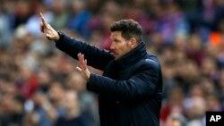 L'entraîneur argentin d'Atletico Mardid Diego Simeone en train de donner des directives à ses joueurs au cours du match retour de la Ligue des champions entre Atletico Madrid et Real Madrid au stade Vicente Calderon à Madrid, 10 mai 2017.