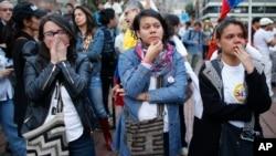 2016年10月2日星期日,哥伦比亚和平公投。支持政府与抵抗力量签署和平协定的民众在波哥大室外巨大的电视屏幕上观看投票结果。