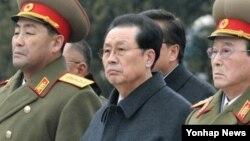 김정일 동상 제막식에 참석한 장성택(사진중앙) 국방위원회 부위원장(자료사진)