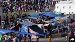 2013年9月14日菲律宾南部三宝颜市: 政府军与穆斯林叛军交火迫使村民露宿