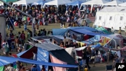 필리핀 정부군과 이슬람 반군 사이의 충돌로 집을 떠난 이재민 수만 명이 대형 경기장에 마련된 임시 대피소에서 지내고 있다.
