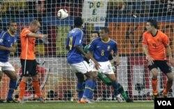 Wesley Sneijder (kedua dari kiri) saat mencetak gol kemenangan Belanda melalui sundulan kepala.