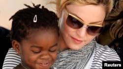 Madonna también adoptó a una niña de Malaui llamada Mercy James, en 2010, a quien generalmente lleva consigo en sus visitas al empobrecido país.