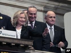 La secrétaire d'Etat Hillary Clinton (à g.), le sénateur Charles Schumer et l'ancien maire Rudy Giuliani, participant à l'ouverture des transactions boursières à New York, le 9 septembre 2011