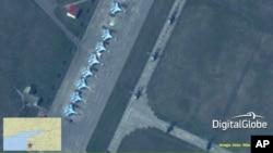 Ảnh chụp qua vệ tinh của công ty Mỹ DigitalGlobe cho thấy máy bay chiến đấu Su-27/30 Flanker của Nga. Đây là một trong nhiều bức ảnh NATO cung cấp cho AP cho thấy mấy chục xe tăng, xe thiết giap, máy bay chiến đấu của Nga gần biên giới miền đông của Ukraine