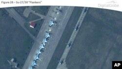 По утверждению НАТО, на снимке истребители СУ-27 на базе Приморско-Ахтарск. Снимок Digital Globe 22 марта 2014 г. Обнародован НАТО 9 апреля.