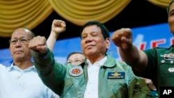 ဖိလစ္ပိုင္သမၼတ Duterte (အလယ္)။