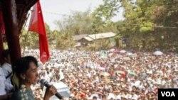 Aung San Suu Kyi berbicara di hadapan para pendukungnya di desa Yae Phyu di wilayah Dawei, Burma (29/1).