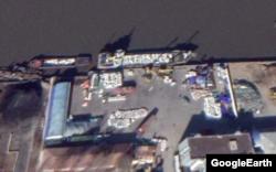 중국 단둥 건너편에 위치한 북한 신의주의 한 항구에서 하얀 포대 더미를 운반하고 있다. Maxar Technologies/Google Earth.
