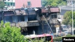 消防員在發生爆炸的餐館救火。(2017年7月21日)