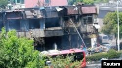 消防员在发生爆炸的餐馆救火。(2017年7月21日)