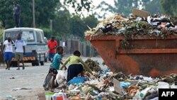 Trẻ em đi nhặt rác tại một bãi rác trong thủ đô Harare, Zimbabwe