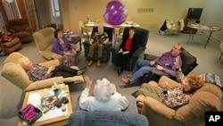 Staf di Pusat Perawatan Alzheimer bermain bola dengan para penderita Alzheimer. Staf di pusat perawatan itu mengajak laki-laki dan perempuan penghuni fasilitas itu agar seaktif mungkin, fisik maupun mental (foto: Dok).