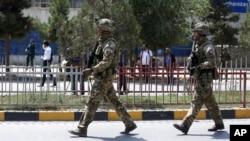 Pasukan dari pasukan koalisi NATO tiba di lokasi ledakan bom mobil di Kabul, Afghanistan, 5 September 2019.