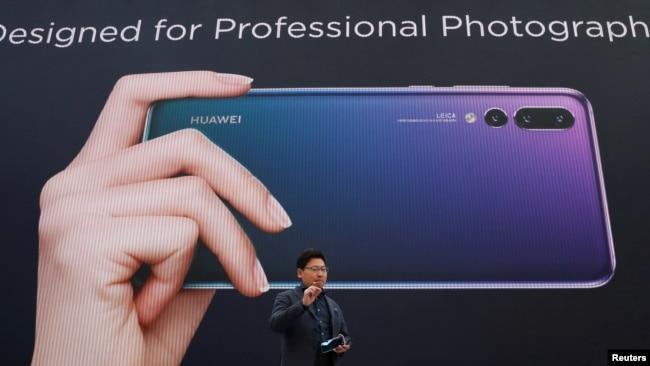 华为公司2018年3月27日在法国介绍新款手机(路透社)