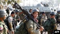 Binh sĩ Campuchia mang vũ khí đến gần ngôi đền Preah Vihear dọc biên giới với Thái Lan, 6/2/2011