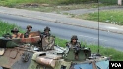 Tentara Perancis berpatroli di sepanjang jalan di kota Abidjan, Minggu (4/3).