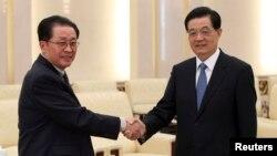 지난해 8월 베이징을 방문한 장성택 북한 국방위원회 부위원장이 후진타오 전 중국 국가주석과 만나 악수하고 있다.