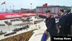 북한 김정은 국방위원회 제1위원장이 27일 평양 김일성 광장에서 열린 정전 60주년 기념 열병식 및 평양시군중대회에서 손을 흔들고 있다.